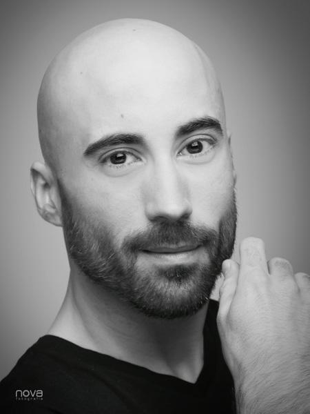Retrato rostro masculino con barba B&N