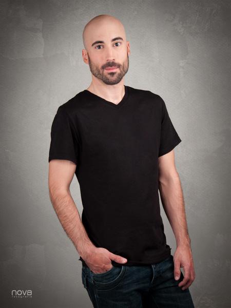 Retrato medio cuerpo masculino con barba color