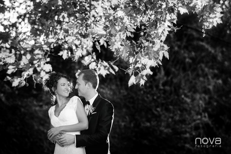 foto de boda al atardecer en el parque en blanco y negro