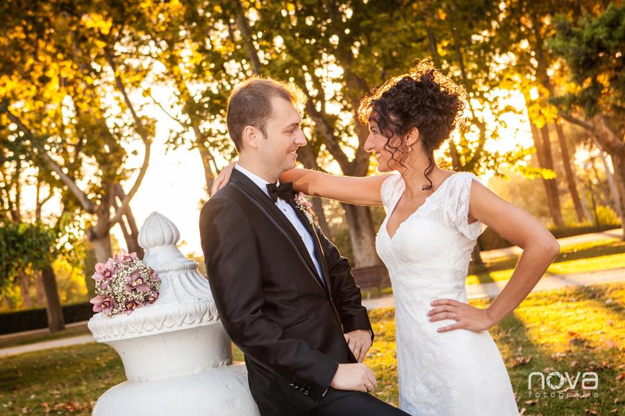 foto de boda al atardecer en el parque