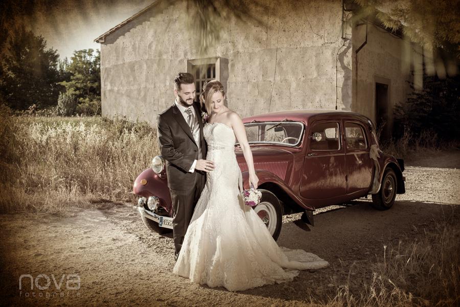 junto al coche de boda