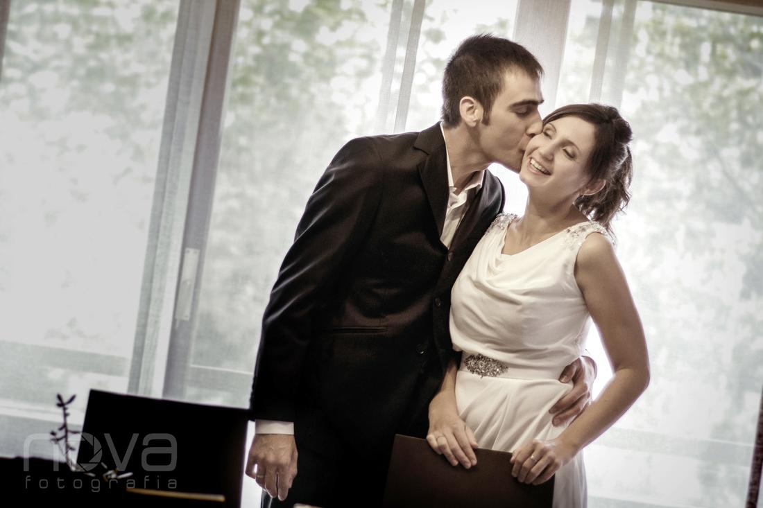 Novio besando novia