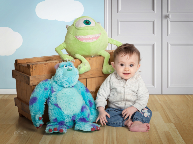 nino con sus juguetes